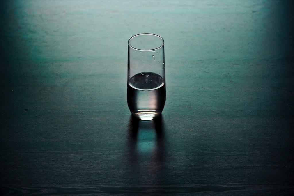 Glas Wasser auf dem Tisch