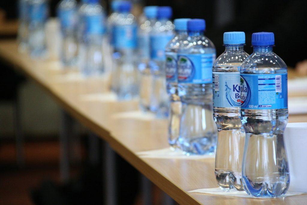 Wasserflaschen auf einem Tisch